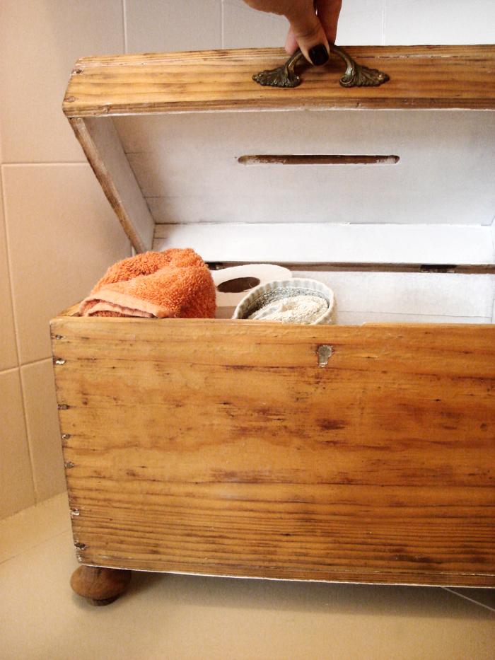 decorar lavabo antigo:Até fiz um teste, de improviso, e coloquei uma folhagem em cima