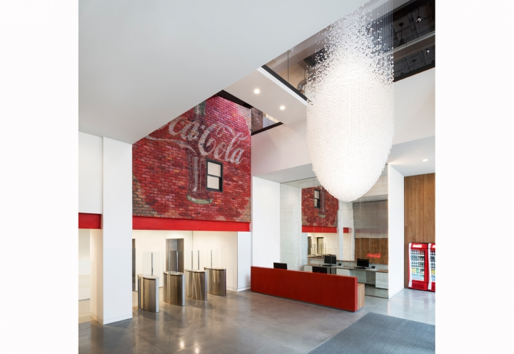 Coca-Cola_Main-Entrance_Gilbert-McCarragher_oggetto_editoriale_720x600