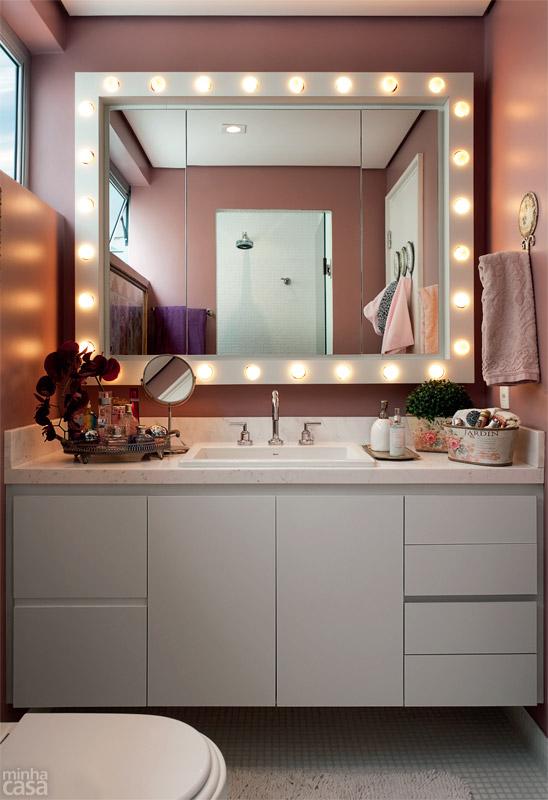 01-banheiro-tem-luzes-de-camarim-paredes-rosas-e-marcenaria-inteligente
