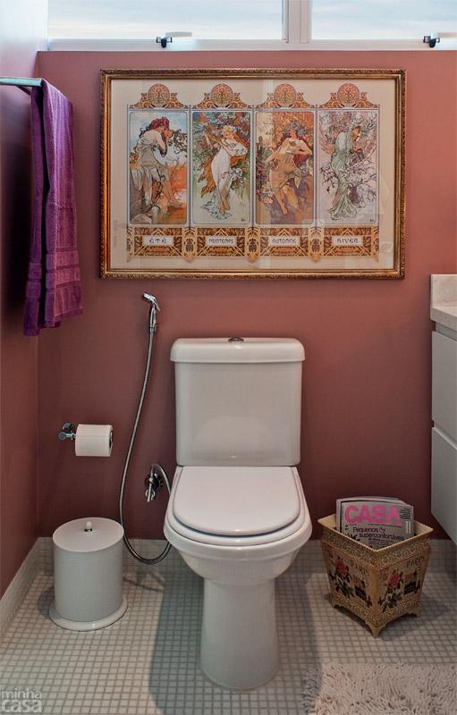 05-banheiro-tem-luzes-de-camarim-paredes-rosas-e-marcenaria-inteligente