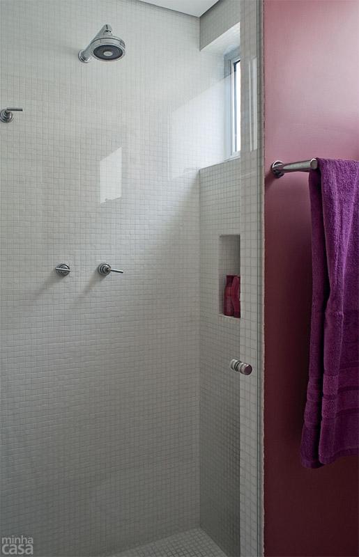 06-banheiro-tem-luzes-de-camarim-paredes-rosas-e-marcenaria-inteligente