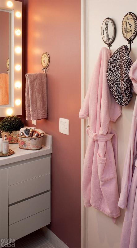 07-banheiro-tem-luzes-de-camarim-paredes-rosas-e-marcenaria-inteligente